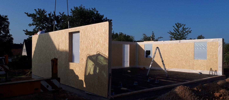 Per Kran werden die Holzrahmenelemente vor Ort aufgerichtet
