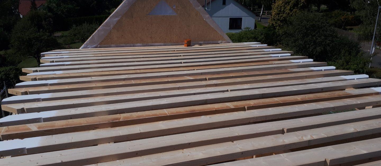 Die Elemente in Holzrahmenbauweise werden vorgefertigt und vor Ort zusammen gesetzt.