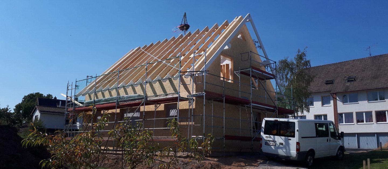 Holzrahmenelemente werden im Werk vorgefertigt und per LKW an die Baustelle transportiert